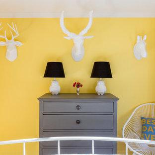 Modelo de habitación de invitados clásica renovada, de tamaño medio, con paredes amarillas