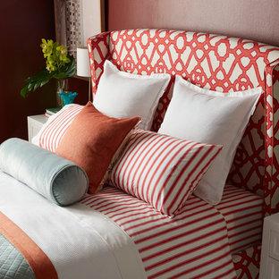 Foto di una camera degli ospiti minimalista di medie dimensioni con pareti rosse e parquet chiaro