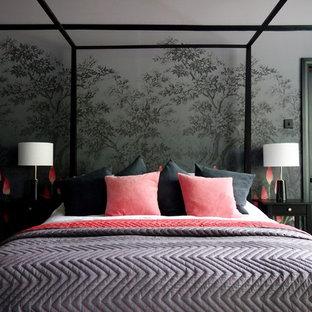 Foto de habitación de invitados bohemia, de tamaño medio, con paredes multicolor, suelo de madera pintada, chimenea tradicional, marco de chimenea de metal y suelo negro