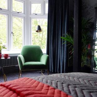 他の地域の中サイズのエクレクティックスタイルのおしゃれな客用寝室 (マルチカラーの壁、塗装フローリング、標準型暖炉、金属の暖炉まわり、黒い床) のレイアウト