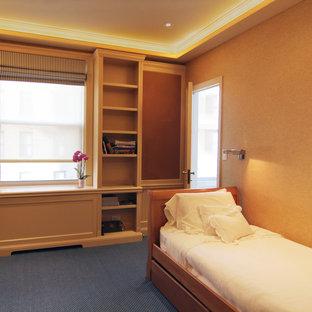 Imagen de habitación de invitados tradicional renovada, pequeña, sin chimenea, con moqueta, paredes beige y suelo azul