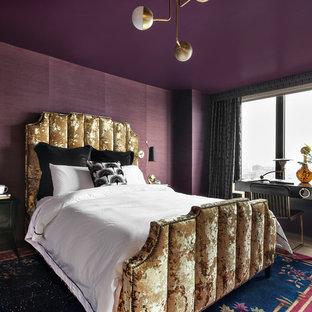 Inspiration för ett funkis huvudsovrum, med lila väggar och ljust trägolv