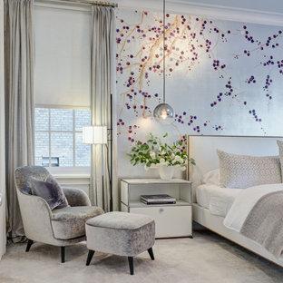 Ispirazione per una grande camera matrimoniale minimal con pareti grigie, moquette, nessun camino e pavimento grigio