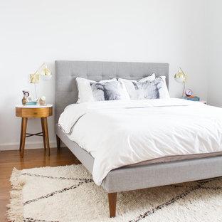 Свежая идея для дизайна: хозяйская спальня среднего размера в стиле ретро с белыми стенами и паркетным полом среднего тона - отличное фото интерьера