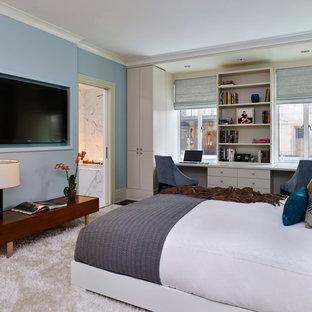 Idee per una camera matrimoniale design di medie dimensioni con pareti blu, nessun camino, moquette e pavimento bianco