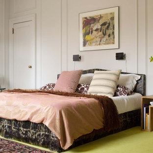 Неиссякаемый источник вдохновения для домашнего уюта: спальня в стиле фьюжн с белыми стенами, ковровым покрытием, зеленым полом и панелями на части стены