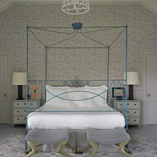 Aménagement d'une très grand chambre classique avec un mur gris.