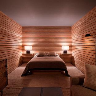 Foto di una grande camera matrimoniale design con moquette, pareti marroni, nessun camino e pavimento marrone