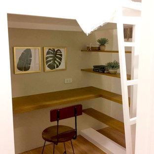 Foto de dormitorio tipo loft, campestre, pequeño, con paredes beige, suelo vinílico y suelo marrón