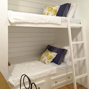 Ejemplo de habitación de invitados de estilo de casa de campo, de tamaño medio, con paredes blancas, suelo vinílico y suelo marrón