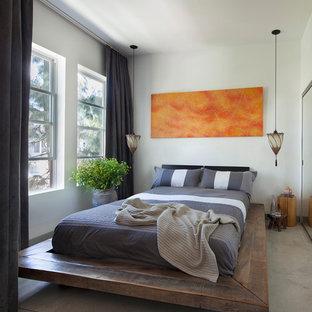 Modelo de dormitorio tipo loft, industrial, pequeño, sin chimenea, con paredes blancas, suelo de cemento y suelo gris