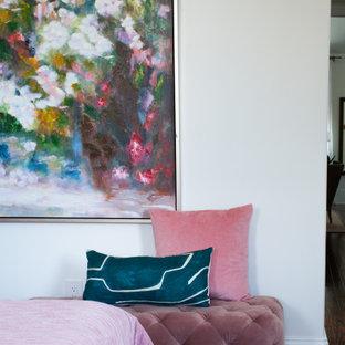Ejemplo de dormitorio principal, tradicional renovado, de tamaño medio, sin chimenea, con paredes blancas, suelo de madera oscura y suelo marrón