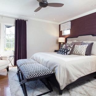 Diseño de dormitorio principal, actual, de tamaño medio, sin chimenea, con paredes púrpuras y suelo de madera en tonos medios