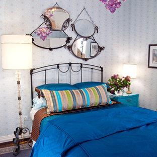 Immagine di una camera da letto bohémian con pareti multicolore