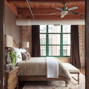 Industrial Schlafzimmer mit grauer Wandfarbe, dunklem Holzboden und braunem Boden in Denver