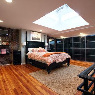Foto de dormitorio tipo loft, actual, con suelo naranja