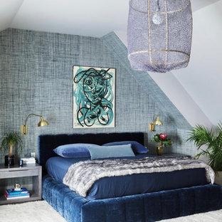 Großes Eklektisches Hauptschlafzimmer mit blauer Wandfarbe in New York