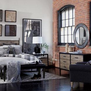 Foto på ett mellanstort industriellt sovloft, med vita väggar, ljust trägolv och beiget golv
