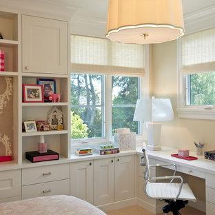Esempio di una camera da letto vittoriana con pareti beige