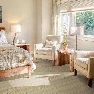 Immagine di una camera matrimoniale american style di medie dimensioni con pareti grigie, pavimento in bambù e nessun camino