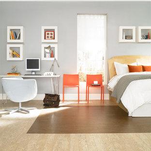 Diseño de dormitorio tipo loft, bohemio, de tamaño medio, con paredes azules y suelo de corcho