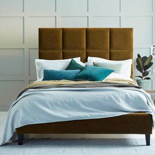 Imagen de dormitorio principal, actual, de tamaño medio, sin chimenea, con paredes verdes y suelo de madera pintada