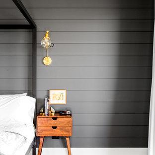 Esempio di una grande camera matrimoniale country con pareti nere, parquet chiaro e pavimento beige