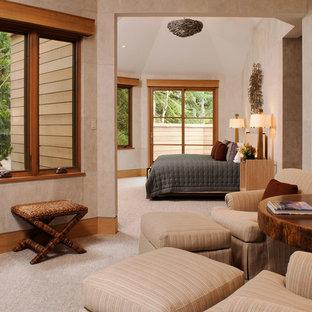 デンバーの広いコンテンポラリースタイルのおしゃれな主寝室 (ベージュの壁、カーペット敷き、横長型暖炉、漆喰の暖炉まわり) のインテリア