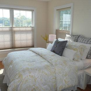 Modelo de dormitorio principal, tradicional renovado, pequeño, sin chimenea, con paredes amarillas y suelo de madera clara