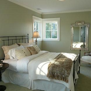 Modelo de dormitorio principal, tradicional renovado, de tamaño medio, sin chimenea, con paredes verdes y moqueta