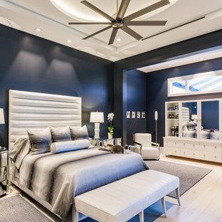 タンパのコンテンポラリースタイルのおしゃれな主寝室 (青い壁、淡色無垢フローリング、ベージュの床、折り上げ天井) のレイアウト