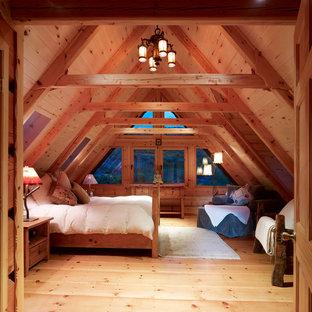 Свежая идея для дизайна: хозяйская спальня в стиле рустика с светлым паркетным полом - отличное фото интерьера