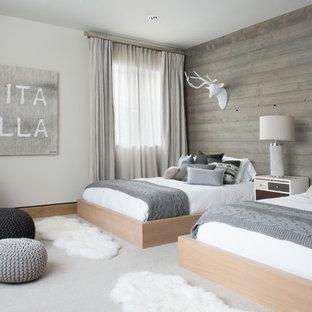 デンバーの大きい北欧スタイルのおしゃれな客用寝室 (白い壁、カーペット敷き、暖炉なし、グレーの床)