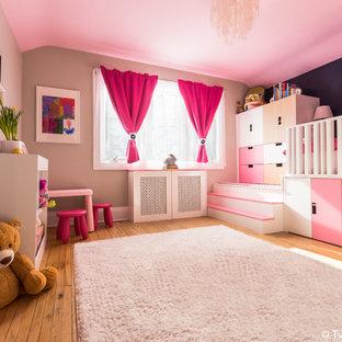 トロントの大きいコンテンポラリースタイルのおしゃれな寝室 (ベージュの壁、無垢フローリング、暖炉なし、茶色い床)