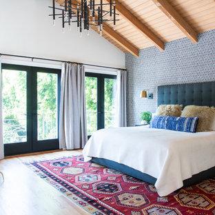ロサンゼルスのトランジショナルスタイルのおしゃれな主寝室 (マルチカラーの壁、淡色無垢フローリング、暖炉なし) のインテリア