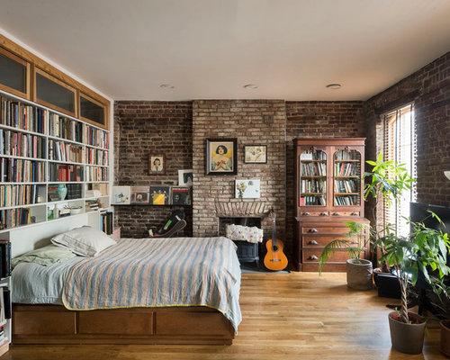 Chambre avec un poêle à bois et un manteau de cheminée en brique ...