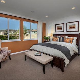 Diseño de dormitorio principal, clásico, grande, sin chimenea, con parades naranjas y moqueta