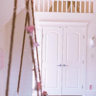 Foto de dormitorio principal, contemporáneo, grande, con paredes blancas, moqueta, chimenea de doble cara y marco de chimenea de piedra