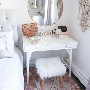 ヒューストンの中くらいのコンテンポラリースタイルのおしゃれな寝室 (白い壁、濃色無垢フローリング、暖炉なし、茶色い床) のインテリア