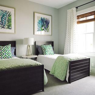 Idéer för att renovera ett mellanstort shabby chic-inspirerat gästrum, med gröna väggar och heltäckningsmatta