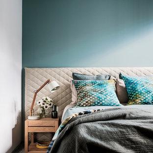 Foto de habitación de invitados actual, de tamaño medio, sin chimenea, con paredes azules, moqueta y suelo azul
