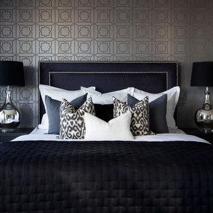 Modelo de dormitorio principal, minimalista, de tamaño medio, sin chimenea, con paredes grises y suelo de madera en tonos medios