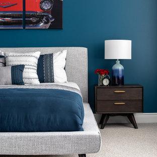 トロントの中くらいのミッドセンチュリースタイルのおしゃれな寝室 (青い壁、カーペット敷き、グレーの床) のインテリア