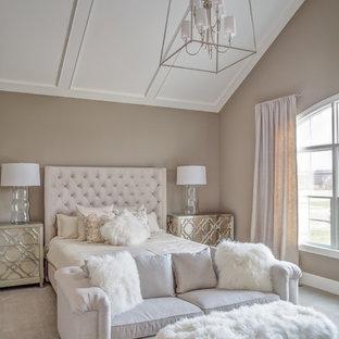 クリーブランドの広いトランジショナルスタイルのおしゃれな主寝室 (グレーの壁、カーペット敷き、暖炉なし) のレイアウト
