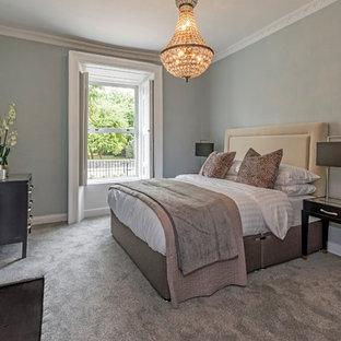 Ejemplo de dormitorio principal, ecléctico, de tamaño medio, con paredes verdes, moqueta, chimenea tradicional, marco de chimenea de metal y suelo gris