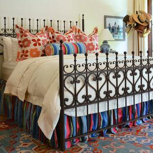 Ejemplo de habitación de invitados ecléctica, grande, sin chimenea, con paredes blancas, suelo de baldosas de terracota y suelo rojo