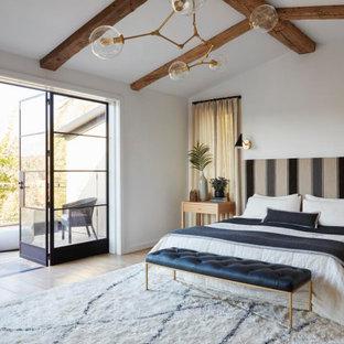 Idéer för lantliga sovrum, med vita väggar, mellanmörkt trägolv och brunt golv