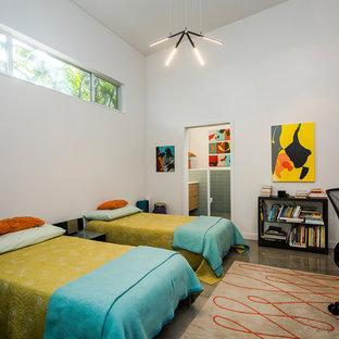 Idéer för att renovera ett 50 tals sovrum, med vita väggar och betonggolv