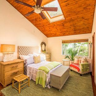 Exemple d'une chambre exotique avec un mur beige et un sol en bois foncé.