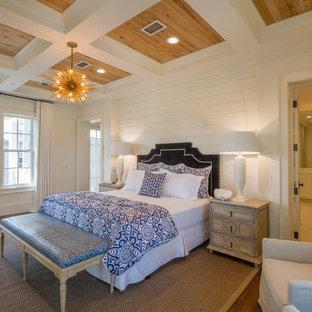 Esempio di una camera da letto costiera con pareti bianche, parquet scuro e nessun camino